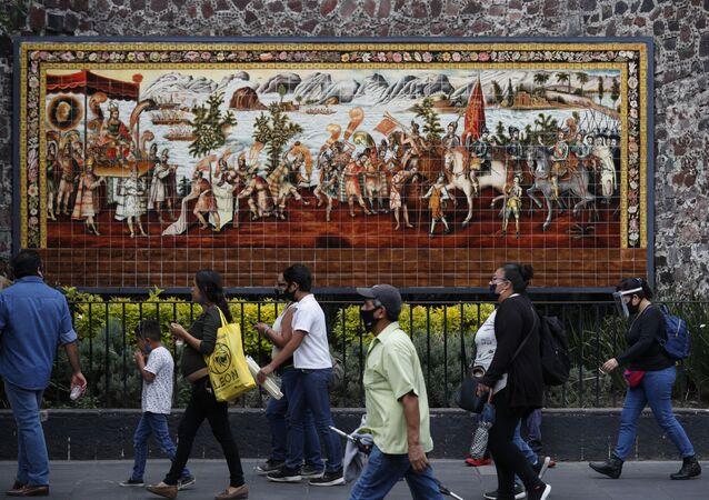 Pedestres caminham na Cidade do México, que após 3 meses de quarentena devido ao coronavírus inicia processo de reabertura