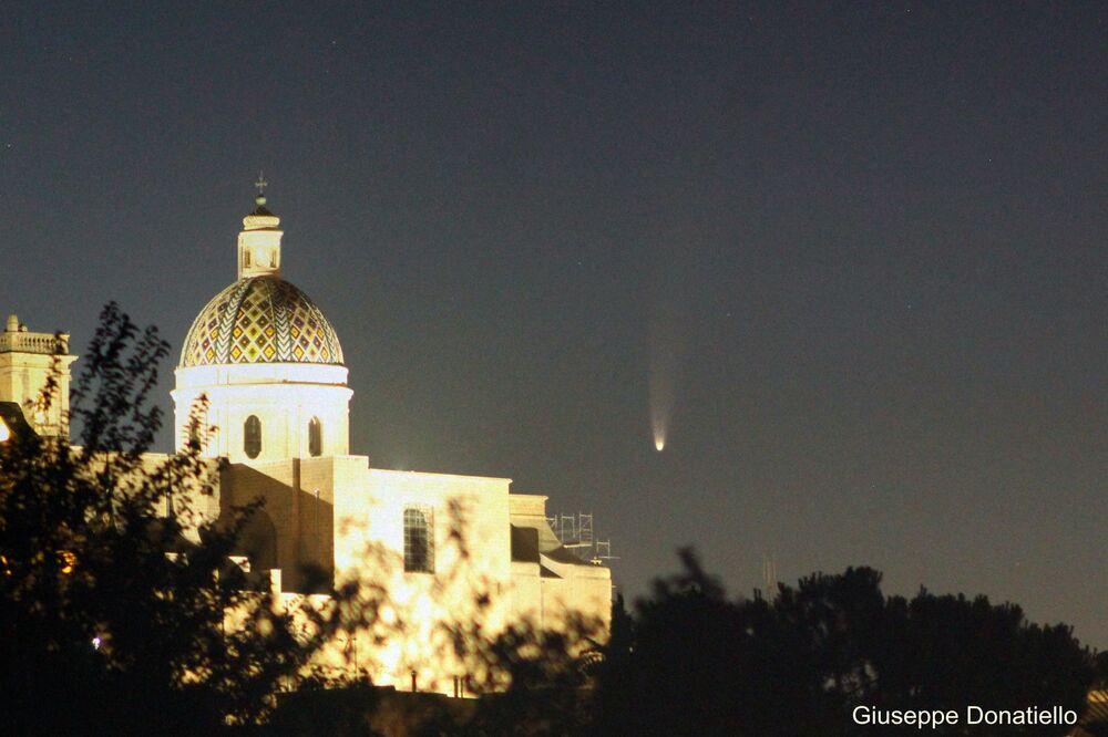 Cometa NEOWISE surge por trás de catedral na Itália
