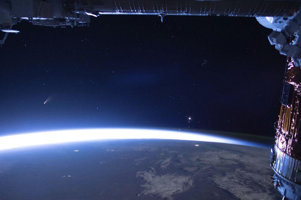Imagem divulgada pela NASA, feita a partir da Estação Espacial Internacional, mostra passagem do cometa NEOWISE pela Terra em 5 de julho