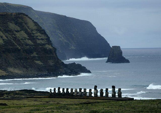Vista das estátuas Moai na baía de Tongariki, ilha de Páscoa, 20 de outubro de 2003