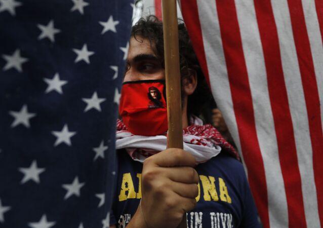 Militante de grupo de esquerda durante protesto contra a interferência dos EUA em assuntos libaneses, em Beirute, Líbano, 10 de julho de 2020