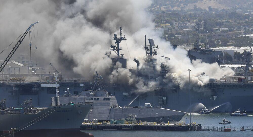 Fumaça do incêndio que atingiu o navio de assalto anfíbio USS Bonhomme Richard