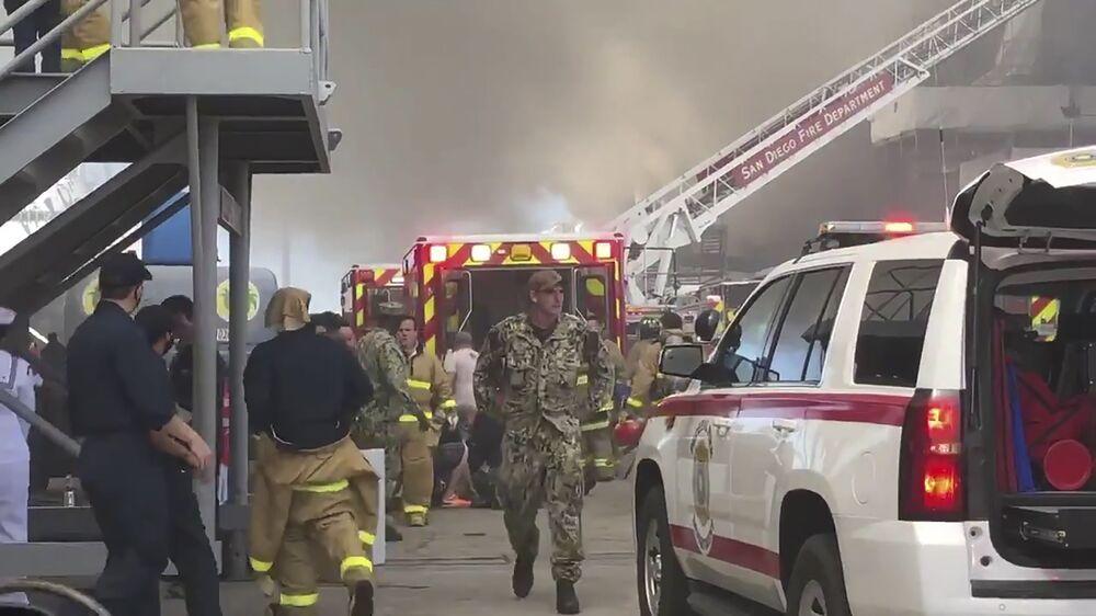 Bombeiros de San Diego, na Califórnia, se juntam aos esforços para combater um incêndio no navio de assalto anfíbio USS Bonhomme Richard