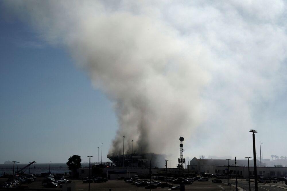 Imagem registra alcance da fumaça do incêndio no navio de assalto anfíbio USS Bonhomme Richard, na base naval de San Diego, Estados Unidos