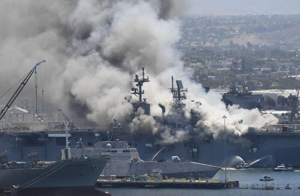 Fumaça sobe do navio de assalto anfíbio USS Bonhomme Richard após uma explosão neste domingo (12)