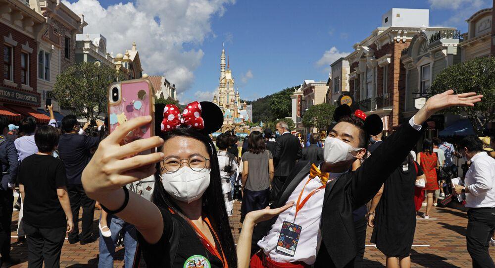 Visitantes tiram selfie no dia da reabertura do parque temático da Disneylândia, em Hong Kong, 18 de julho de 2020
