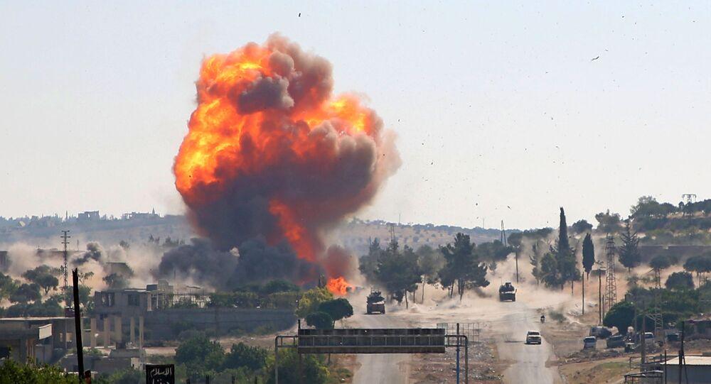 Bola de fogo é vista após suposta explosão atingir patrulha conjunta russo-turca na rodovia estratégica M4 na Síria