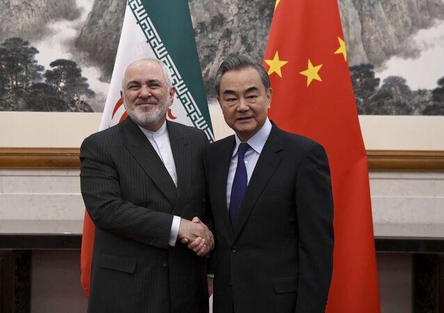 Ministro das Relações Exteriores da China, Wang Yi, à direita, cumprimenta o ministro das Relações Exteriores do Irã, Mohammad Javad Zarif
