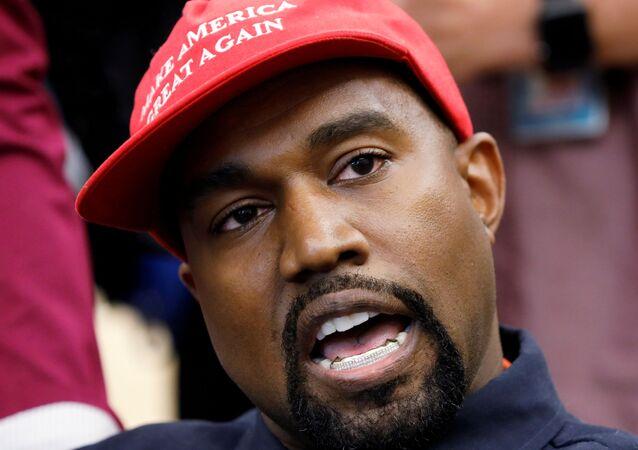 Rapper Kanye West fala durante uma reunião com o presidente norte-americano Donald Trump para discutir a reforma do sistema de justiça criminal na Sala Oval da Casa Branca, Washington, EUA, 11 de outubro de 2018