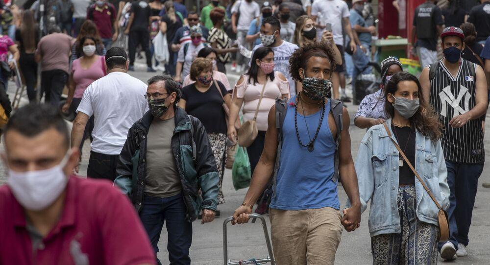 Pedestres caminham por centro comercial de São Paulo, município que soma 12,3 milhões de habitantes, segundo o IBGE