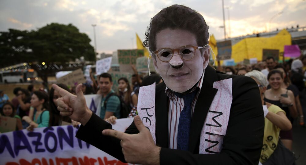 Manifestante veste uma máscara do ministro Ricardo Salles durante protesto da mudança climática em Brasília