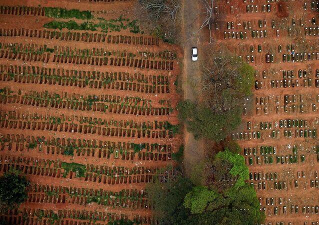 Covas abertas no cemitério de Vila Formosa durante a pandemia do coronavírus em São Paulo, Brasil, 16 de julho de 2020