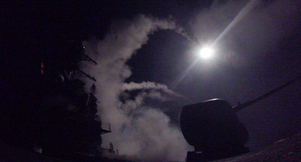 Destróier de mísseis guiados USS Porter (DDG 78) lançando um míssil de ataque terrestre Tomahawk no mar Mediterrâneo, 7 de abril de 2017