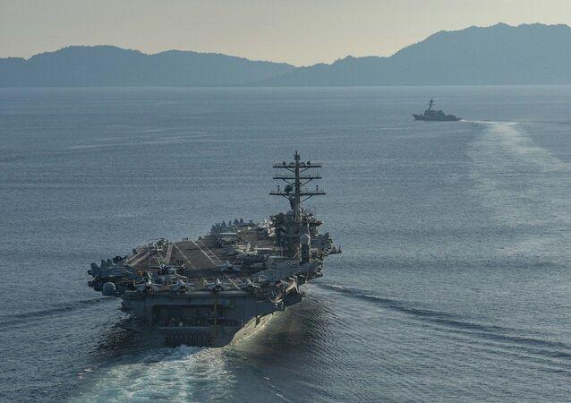 O porta-aviões USS Nimitz transita pelo estreito de Balabac em 15 de julho de 2020