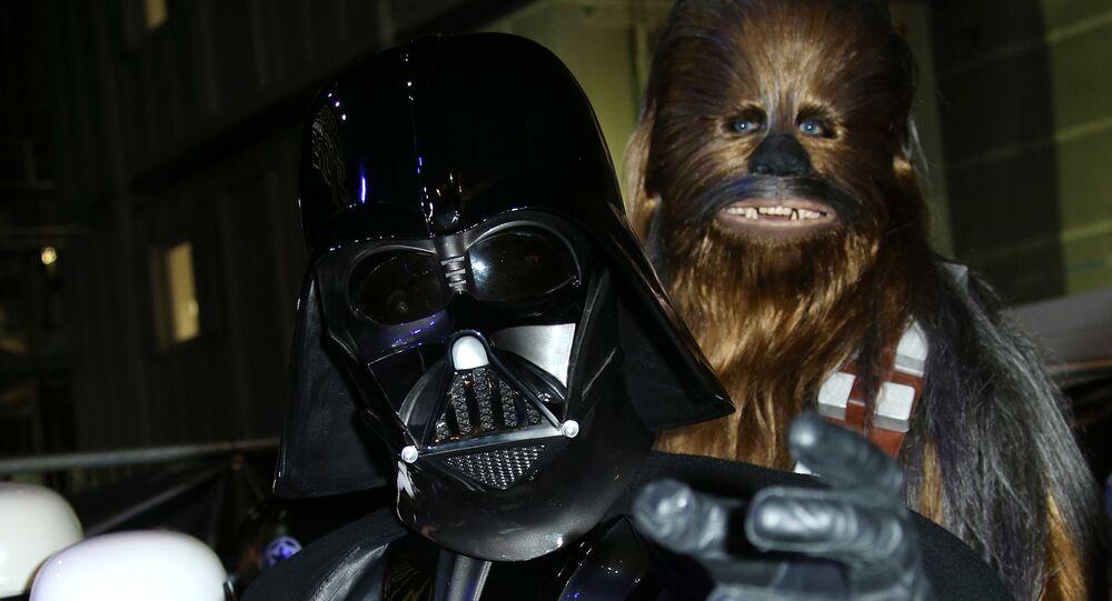Homem fantasiado de Darth Vader (imagem referencial)