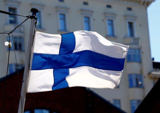 Bandeira da Finlândia é hasteada em Helsinque, capital do país nórdico