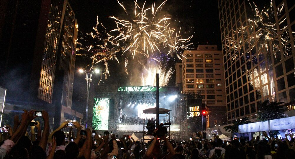 Em São Paulo, pessoas comemoram o Réveillon na Avenida Paulista, em 1º de janeiro de 2019.