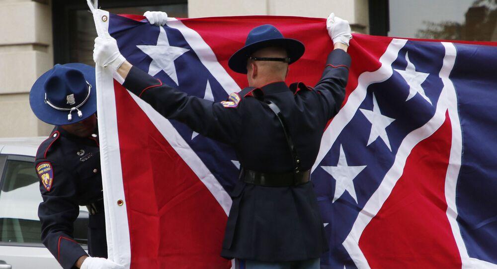 Guarda de honra da Patrulha de Segurança Rodoviária do Mississippi guarda bandeira do Mississippi, que retrata emblema confederado