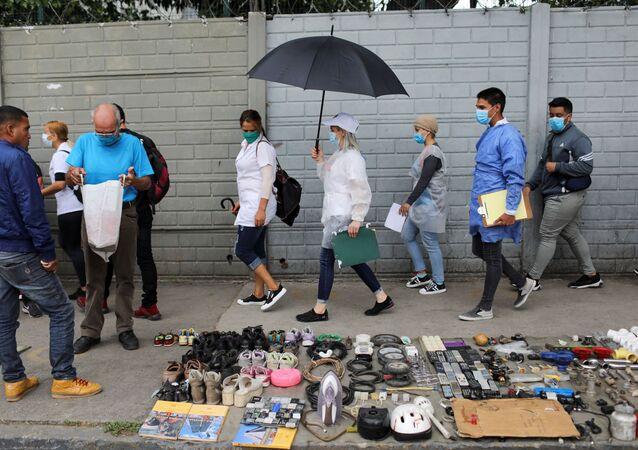 Médicos caminham em rua de Caracas (Venezuela), que enfrenta alta de casos do coronavírus