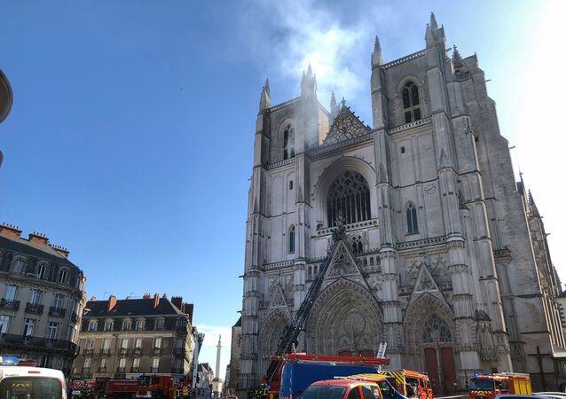 Incêndio toma conta de catedral de Saint-Pierre-et-Saint-Paul em Nantes, na França