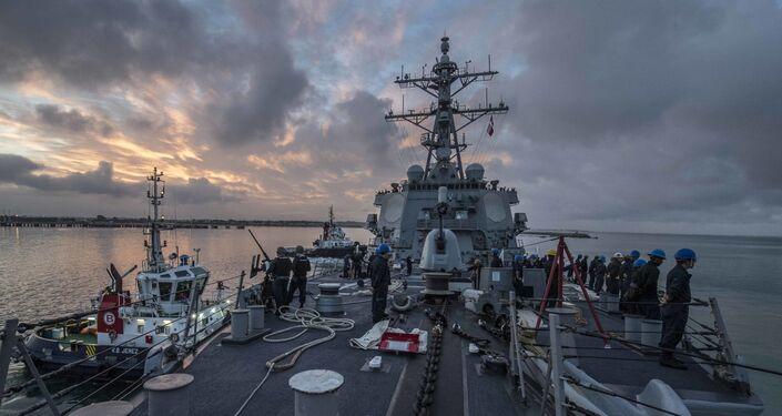 Imagem de embarcação norte-americana na base militar em Rota, na Espanha