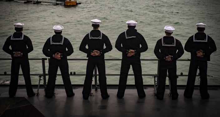 Marinheiros dos EUA a bordo do destróier USS Carney na base militar em Rota, na Espanha