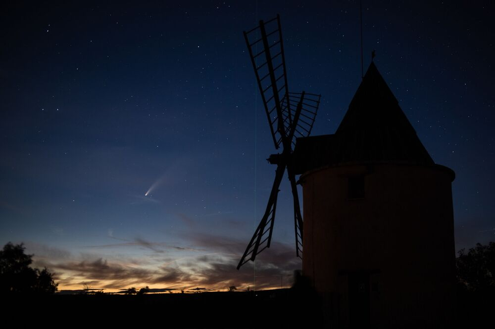 Cometa C/2020 F3, mais conhecido como NEOWISE, visto a partir do território da França enquanto passa pelo Sistema Solar