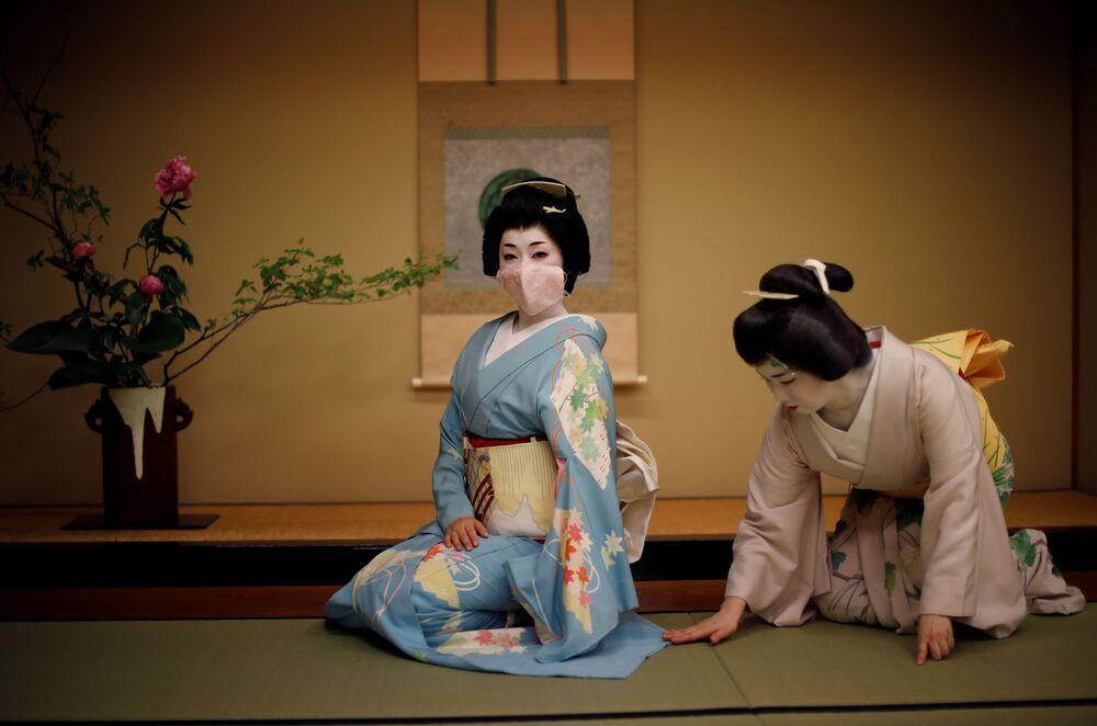 Gueixas se preparam para entreter público no restaurante Asada em Tóquio, no Japão