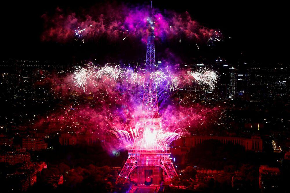 Fogos de artifício iluminam o céu de Paris e a Torre Eiffel no tradicional feriado da tomada da Bastilha em 14 de julho, na França