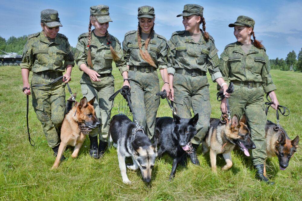 Moças do Exército russo durante o concurso de equipes de buscas com cães Verny Drug (Amigo Fiel, na tradução do russo) na região de Moscou