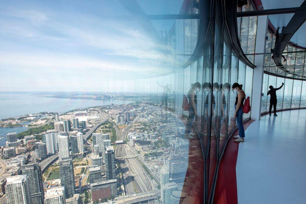 Visitantes da CN Tower, em Toronto, no Canadá, admiram vista proporcionada pela torre após esta reabrir depois da quarentena da COVID-19