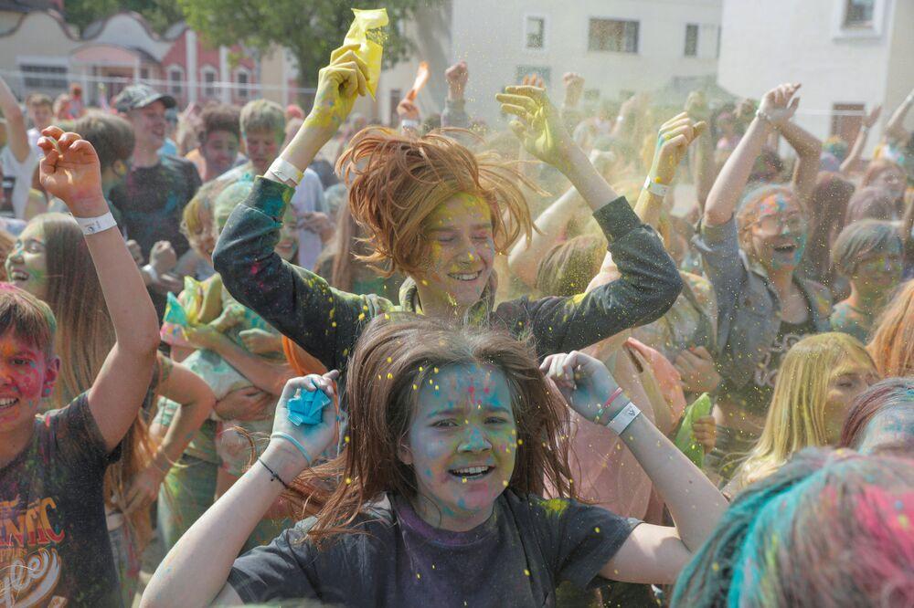 Moradores da capital bielorrussa Minsk comemorando o festival CorlorFest em sua cidade