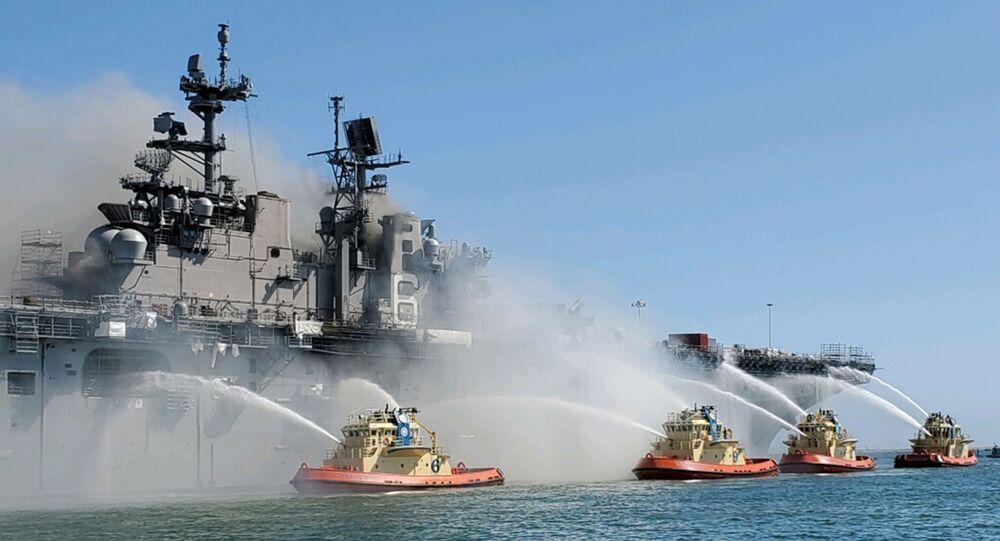Equipe de bombeiros combate incêndio a bordo do navio de assalto anfíbio americano USS Bonhomme Richard em San Diego, nos EUA