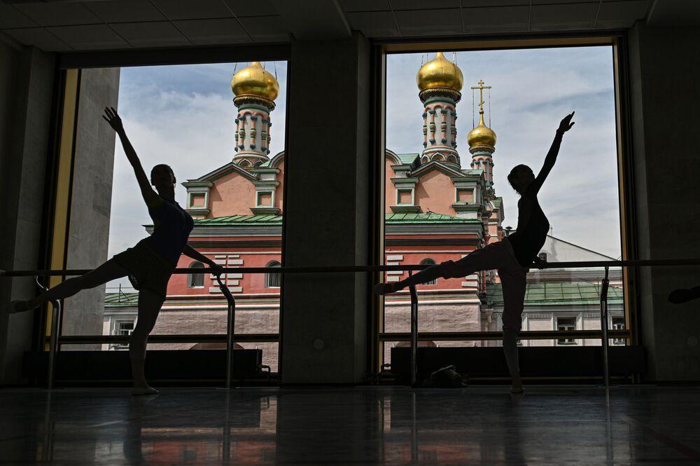 Bailarinas durante ensaio no teatro Kremlevsky Balet no prédio do Palácio Estatal do Kremlin, em Moscou