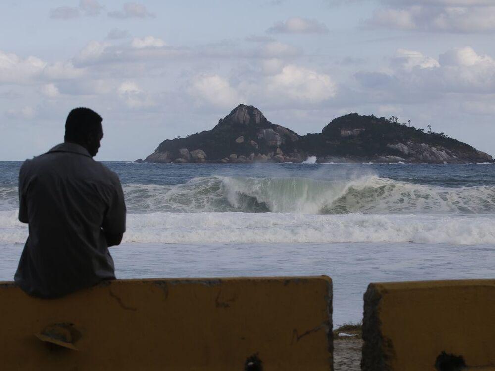 Mar de ressaca no Rio de Janeiro após ciclone extratropical ir para o oceano