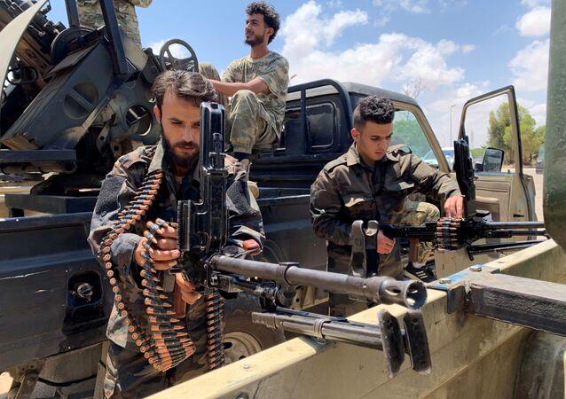 Tropas leais ao Governo de Acordo Nacional, reconhecido pela ONU, na Líbia, se preparam para entrar em Sirte