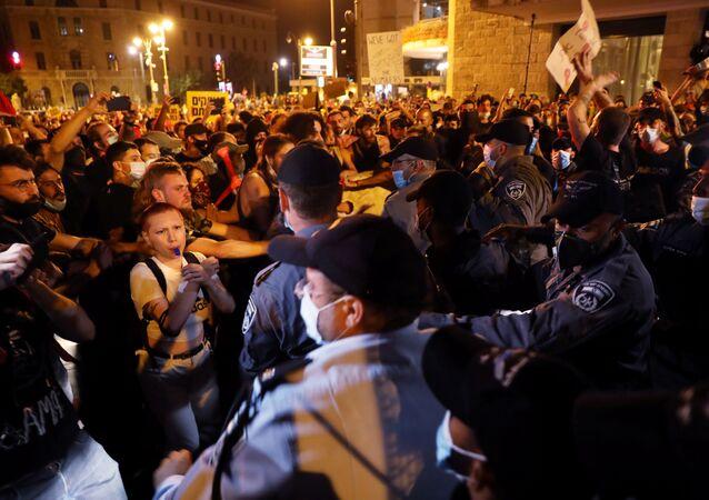 Em Jerusalém, manifestantes e policiais se enfrentam durante protesto contra o primeiro-ministro de Israel, Benjamin Netanyahu, em 18 de julho de 2020.