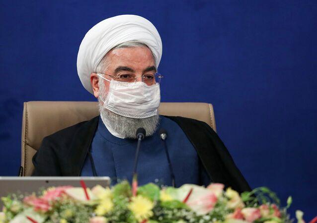 Presidente do Irã Hassan Rouhani usando máscara durante encontro de autoridades em Teerã