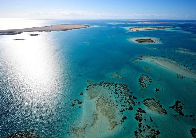 Foto feita a partir do céu mostra a costa da Arábia Saudita no mar Vermelho