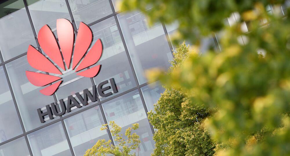 Logotipo da Huawei é retratado no prédio da sede em Reading, Reino Unido, 14 de julho de 2020