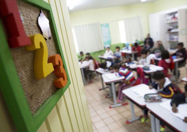 Alunos participam de aula na Escola Municipal Olívia dos Santos Feierabend, na zona rural de Monteiro Lobato
