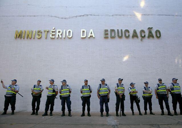 Protesto de estudantes contra os cortes na educação, na Esplanada dos Ministérios.