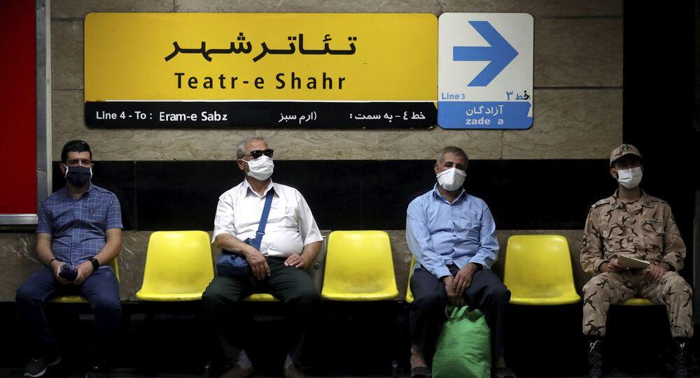 Em Teerã, homens usam máscaras de proteção contra a COVID-19 em uma estão de metrô, em 8 de julho de 2020.