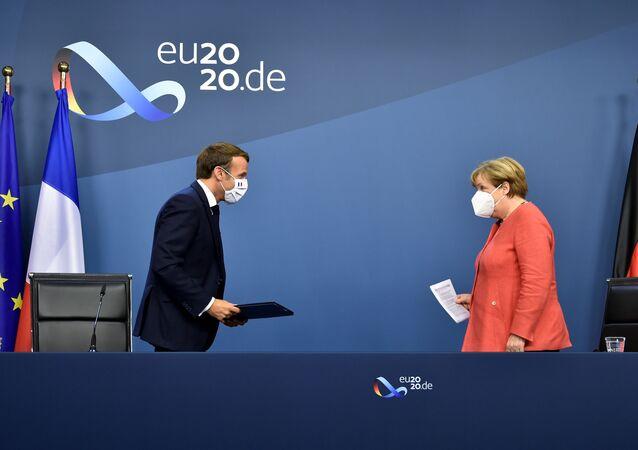 Chanceler alemã, Angela Merkel, e presidente francês, Emmanuel Macron, durante coletiva de imprensa no final da cúpula europeia na sede da UE em Bruxelas, Bélgica, 21 de julho de 2020