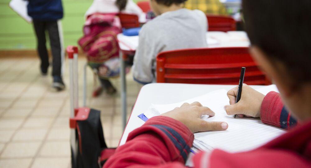 Alunos participam de aula na Escola Municipal Olívia dos Santos Feierabend, na zona rural de Monteiro Lobato, São Paulo. Embora receba poucos recursos do Fundeb, o município possui bons rendimentos em avaliações de ensino