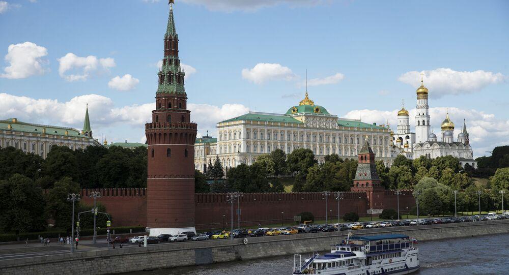 Barco turístico navega pelo rio Moscou ao lado do Kremlin, Rússia, 10 de julho de 2020