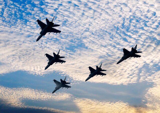 Cinco caças-bombardeiros JH-7 da Força Aérea do Exército Popular de Libertação voam em formação