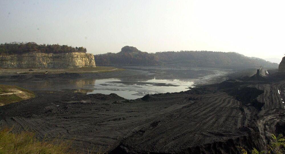 Restos de uma lagoa de sedimentos de carvão do condado de Martin, estado de Kentucky, EUA, que desmoronou, 23 de outubro de 2000