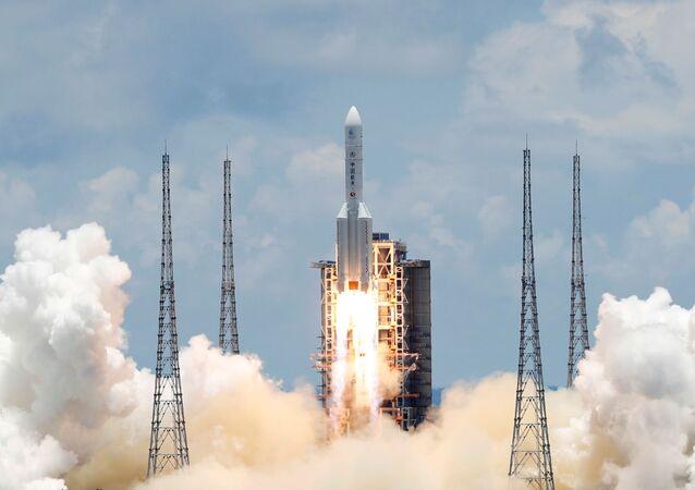 Foguete Longa Marcha 5 transportando a sonda espacial não tripulada Tianwen-1 em missão a Marte