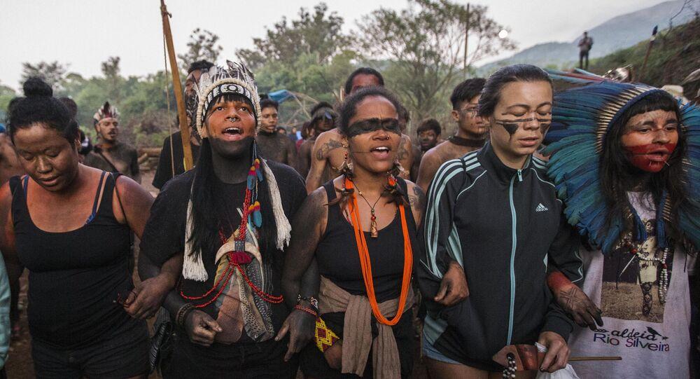 Em São Paulo, em 10 de março de 2020, indígenas da etnia Guarani Mbya, que vivem na terra indígena no Jaraguá, resistem à reintegração de posse pedida pela construtora Tenda, que iniciou obra em terra vizinha a aldeia e considerada sagrada pela tribo.